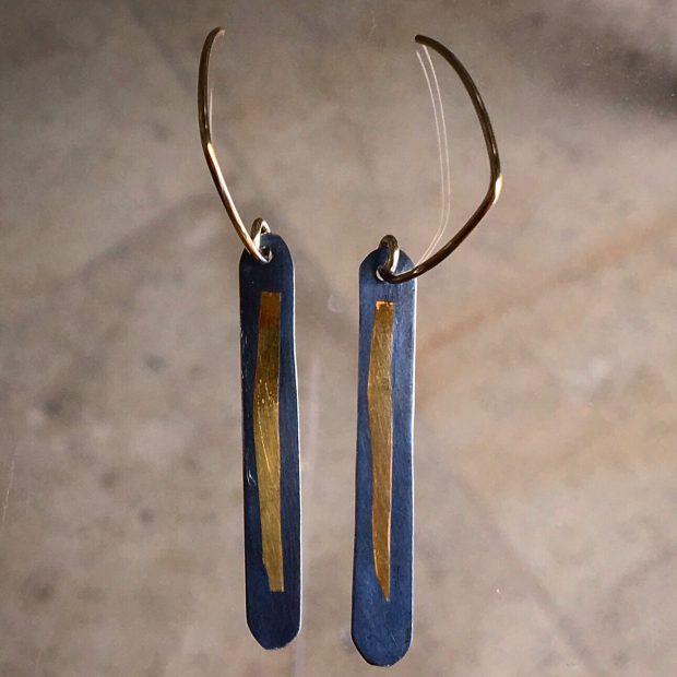 432 Boucles d'oreilles argent oxydé et feuille d'or 24 ct.