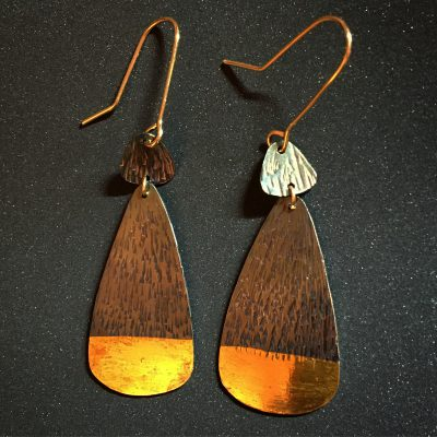 437 Boucles d'oreilles argent oxydé et feuille d'or 24 ct.