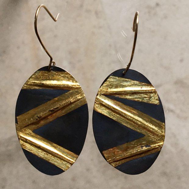 436 Boucles d'oreilles argent oxydé et feuille d'or 24 ct.