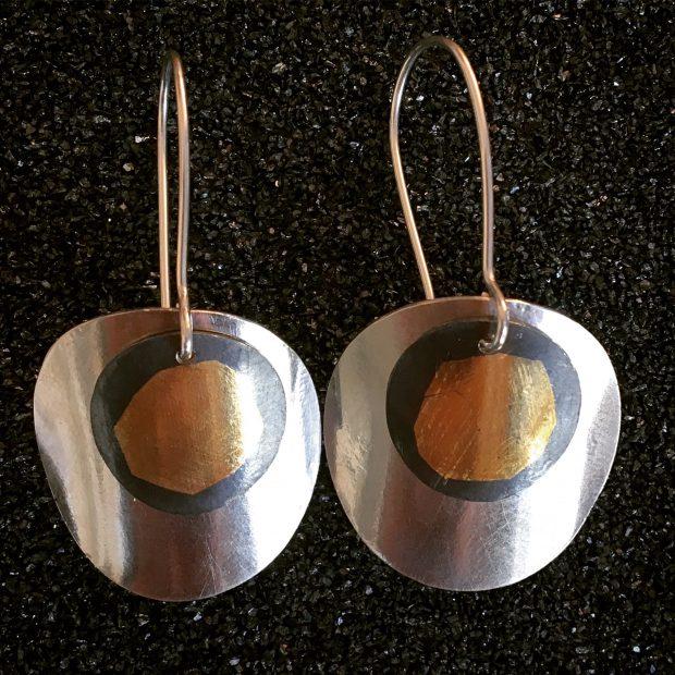 434 Boucles d'oreilles argent, argent oxydé et feuille d'or 24 ct.