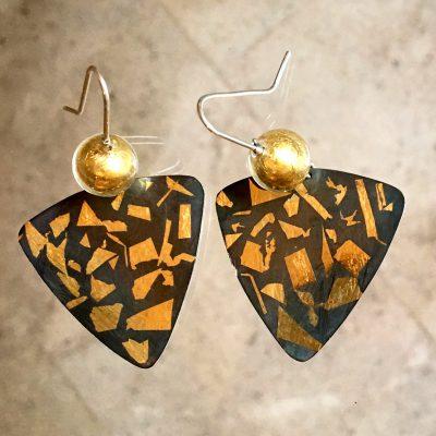 461 Boucles d'oreilles argent oxydé, feuille d'or et perles de verre